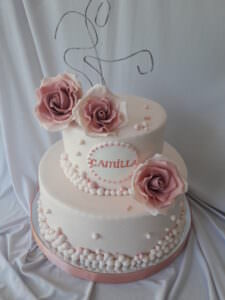 Праздничный торт с сахарными розами и бусинами