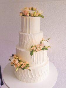 Свадебный торт фактурный с потеками и живыми цветами