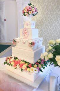 Свадебный торт с вазой и живыми цветами