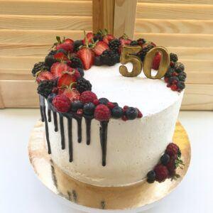 Праздничный торт с ягодным декором
