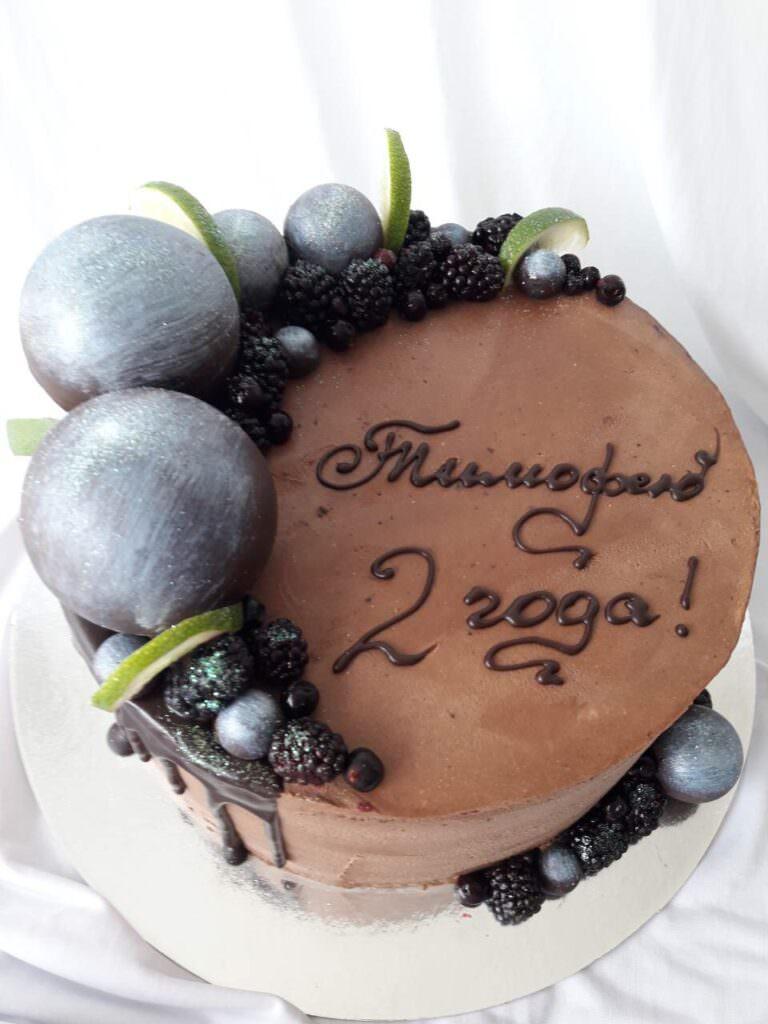 Праздничный торт с шарами и ягодным декором