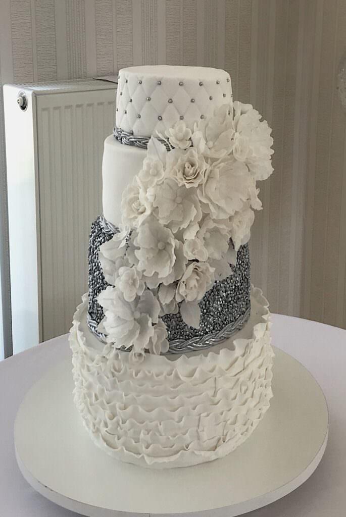 Свадебный торт фактурный с сахарной флористикой