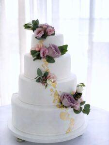 Свадебный торт с живыми цветами и сусальным золотом
