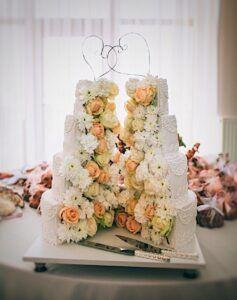 Свадебный торт развернутый с живыми цветами