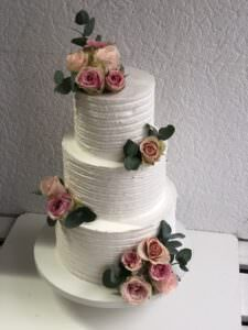 Свадебный торт фактурный с живыми цветами