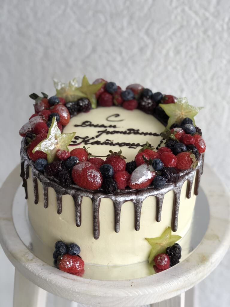 Праздничный торт с ягодными оформлением