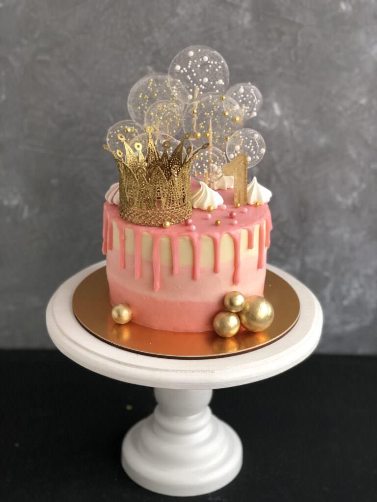 Детский торт с короной и леденцами