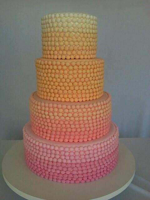 Свадебный торт амбре с бусинами